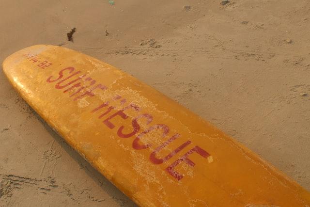 sådan reparerer du dings på dit surfboard